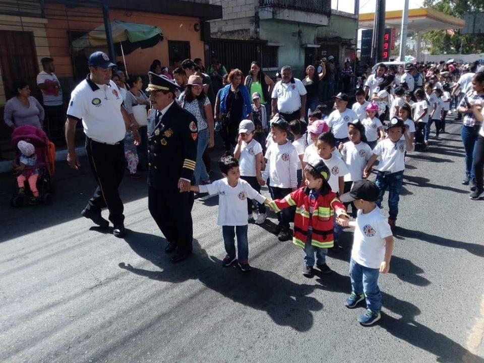 Bomberos voluntarios infantiles. Foto: Cortesía