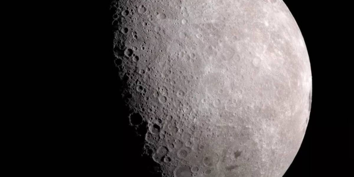 """Esta increíble foto de Saturno """"tocando"""" la Luna fue sacada con un smartphone"""