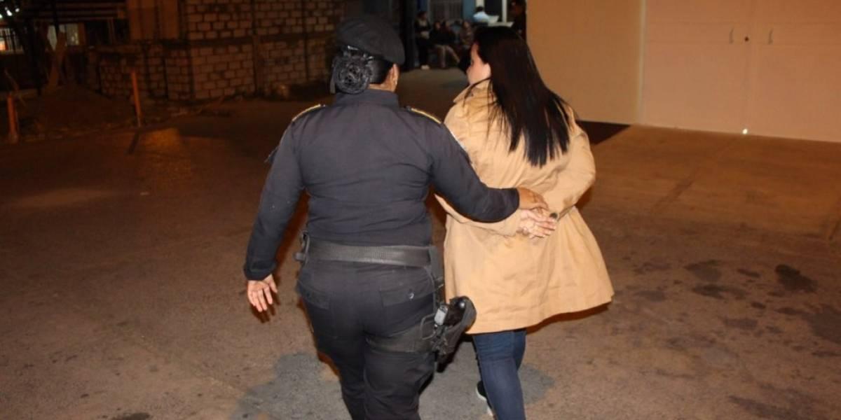Auxiliar fiscal del MP es capturada en el Aeropuerto La Aurora