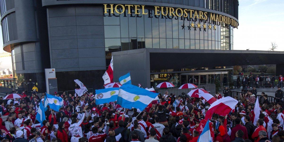 Aficionados de River y Boca esperan la final en un ambiente festivo