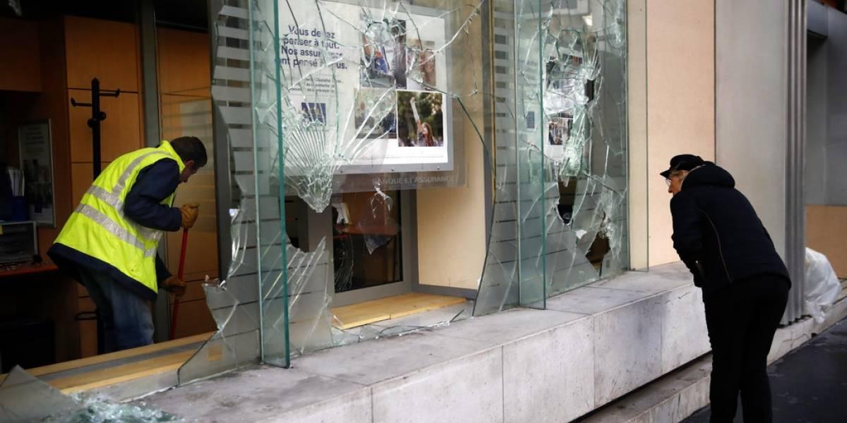 París reabre museos y limpia las calles, tras disturbios