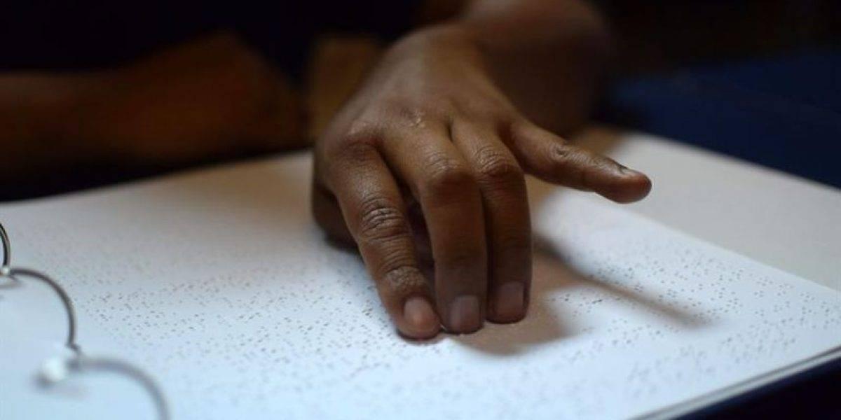 Falta inclusión del sistema de lectura braille en lugares públicos