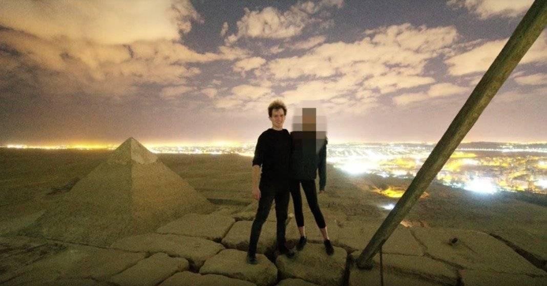Pareja escala y se desnuda en pirámide de Egipto