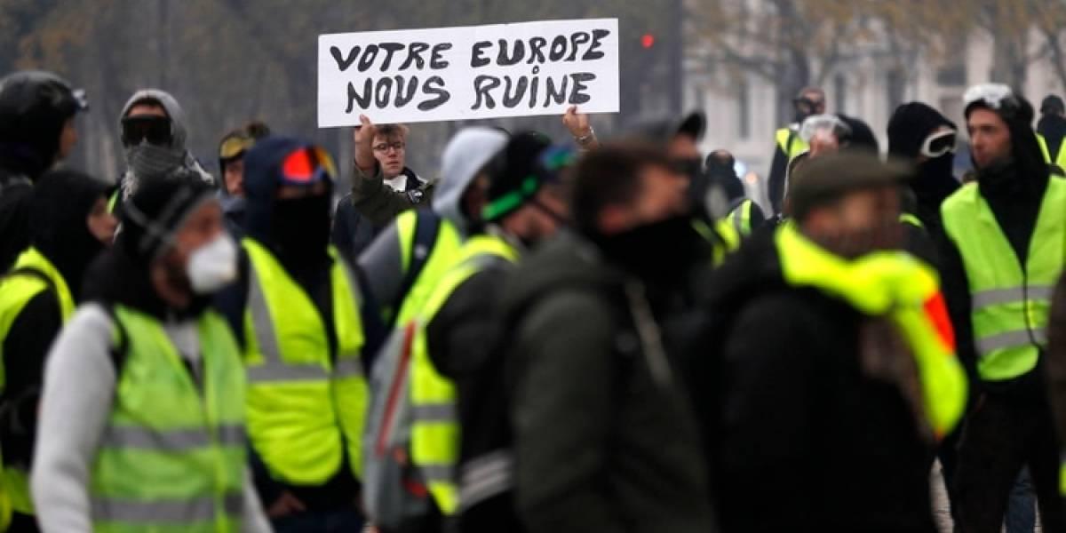 Macron busca controlar su peor crisis: hoy se dirigirá al país