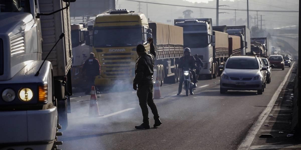 Protesto de caminhoneiros interdita trecho da rodovia Presidente Dutra