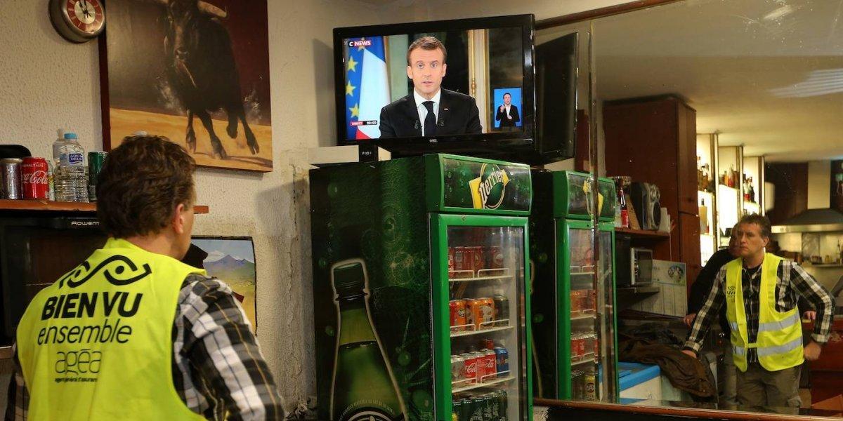 """Macron aumenta salario y baja impuestos para calmar a """"chalecos amarillos"""""""