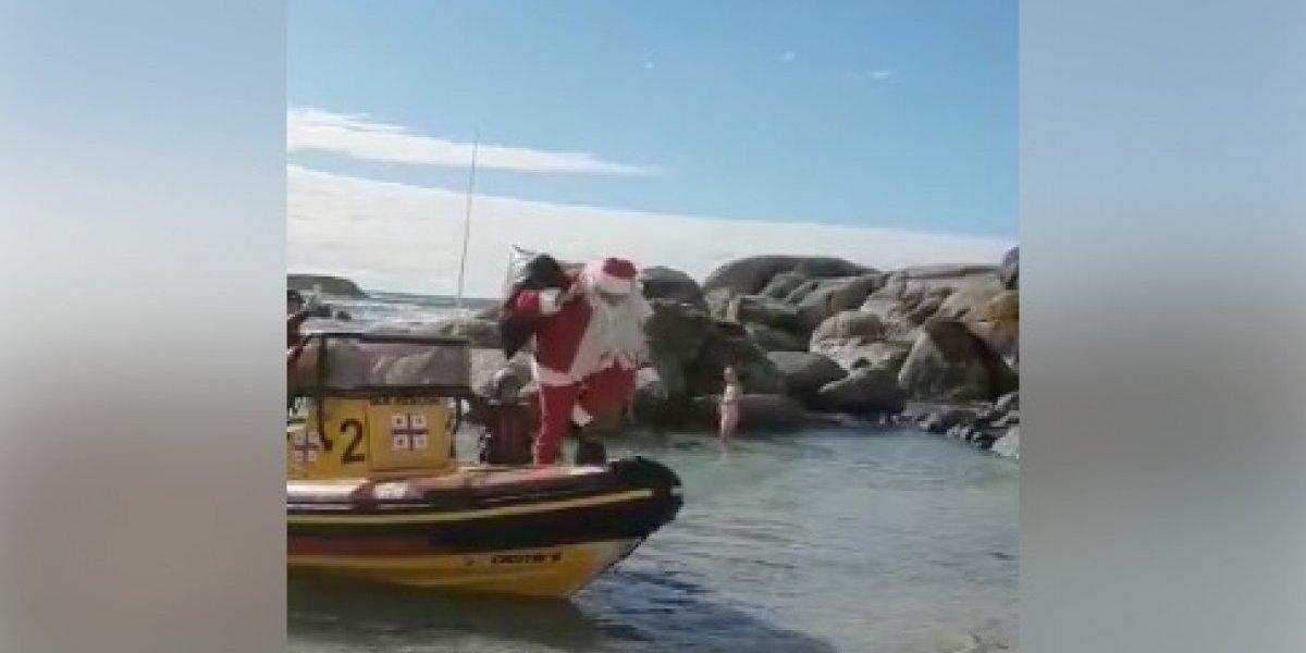 Jo, jo, jo, jo: Viejito Pascuero cambió el trineo por un bote y el resultado se transformó en viral