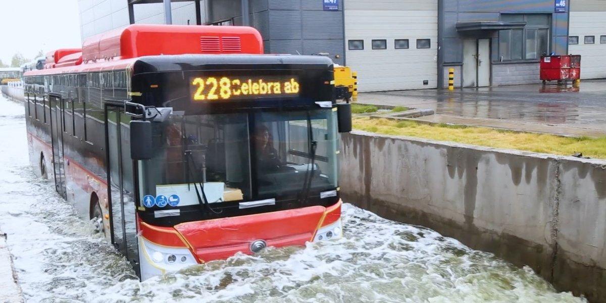 Los probaron hasta bajo el agua y no hacen corte: los duros test de los otros buses eléctricos que vienen a Chile