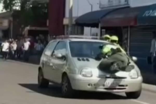 Conductora arrolla Policía de Tránsito