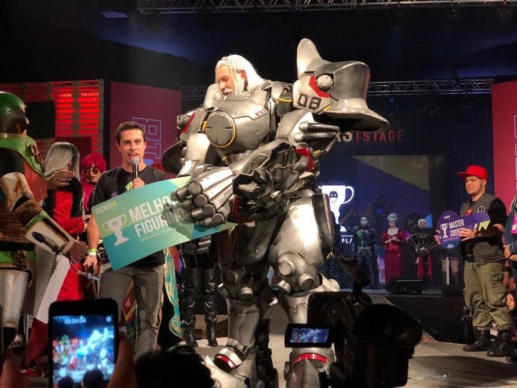 Julius Kaesar se vestiu de Reinhardt, do jogo Overwatch. Ele recebeu o prêmio de Melhor Figurino Laís Pagoto/Metro