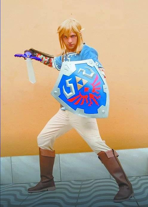 Júlio César Shirou, vencedor do concurso de cosplay, vestido como Link, da série de games The Legend of Zelda.