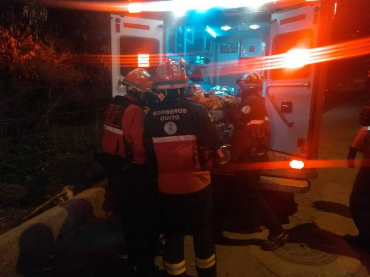Quito: Dos personas cayeron en el interior de una quebrada en el sector de Jardines del Inca BOMBEROS DE QUITO