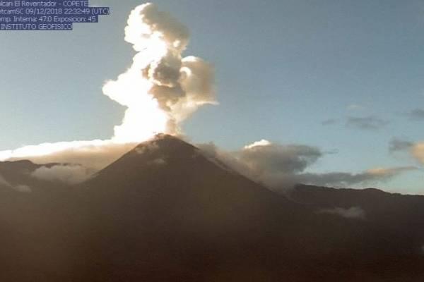 Instituto Geofísico informó que descienden bloques incandescentes desde volcán Reventador
