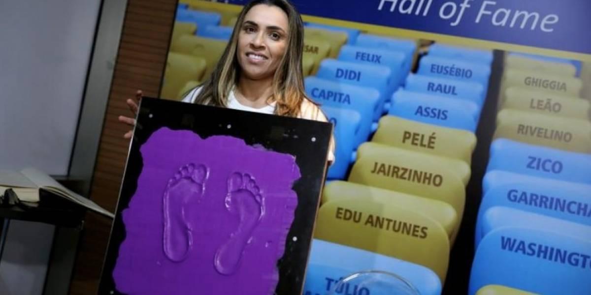 Marta é 1ª mulher a deixar marca na calçada da fama do Maracanã