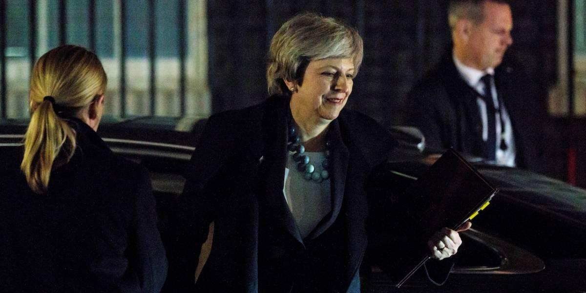 Theresa May viaja a Holanda para tratar de salvar acuerdo de Brexit