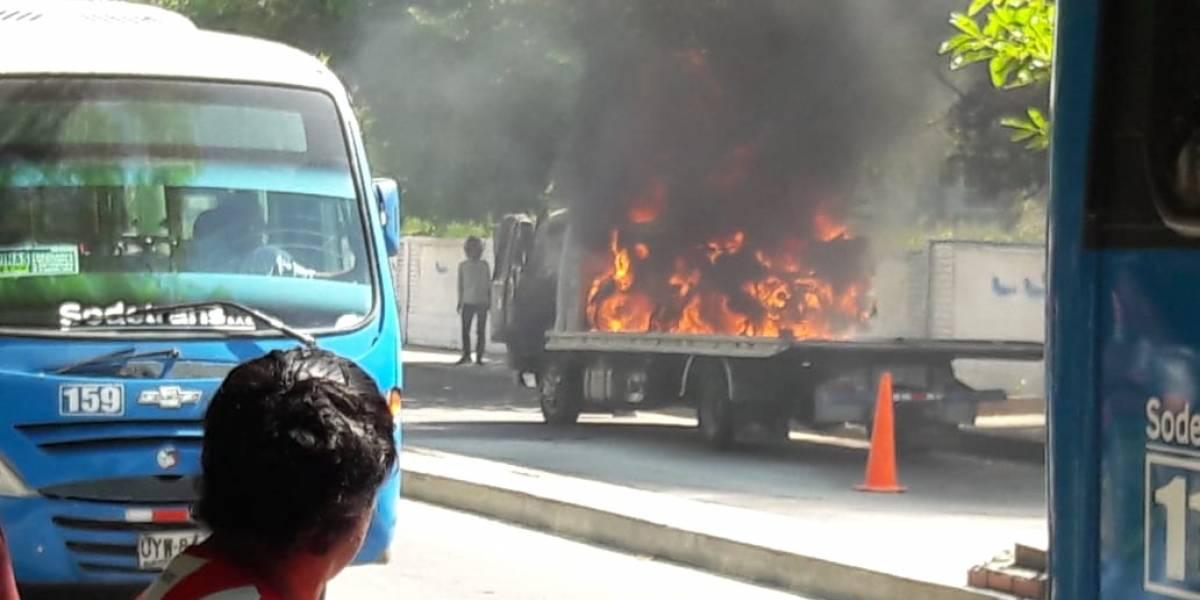 Le inmovilizaron su moto y en represalia le prendió fuego a la grúa de tránsito
