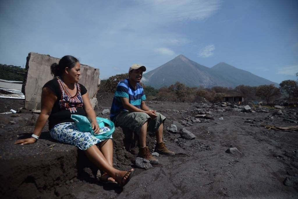 Adolfo García junto con su esposa Loida Siquinajai, regresaron a San Miguel Los Lotes, después de 30 días de la erupción del volcán de Fuego