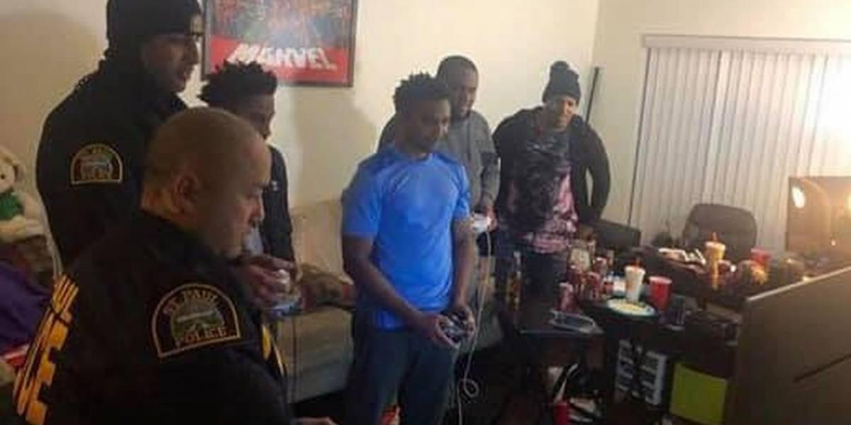 La policía acudió a una casa por queja de ruido y se quedaron a jugar Super Smash Bros. Ultimate