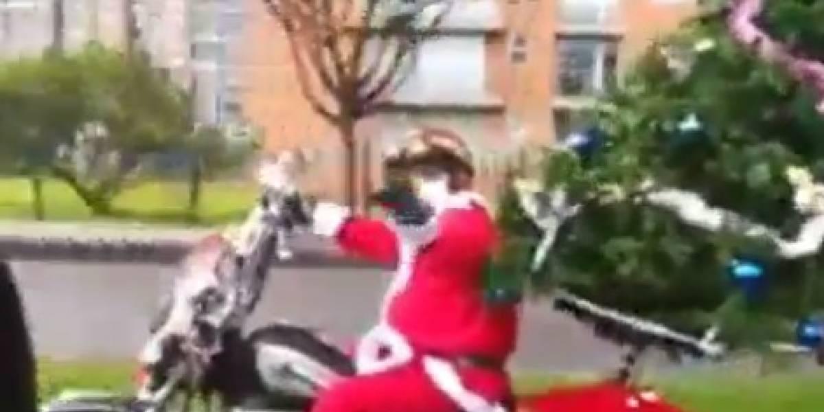 En video captan a motociclista con un árbol de Navidad como parrillero