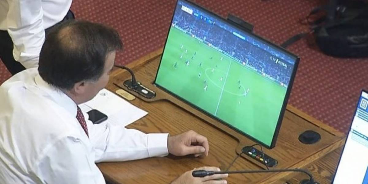 Diputado Pablo Prieto fue sorprendido viendo el partido de Barcelona durante la interpelación a Chadwick