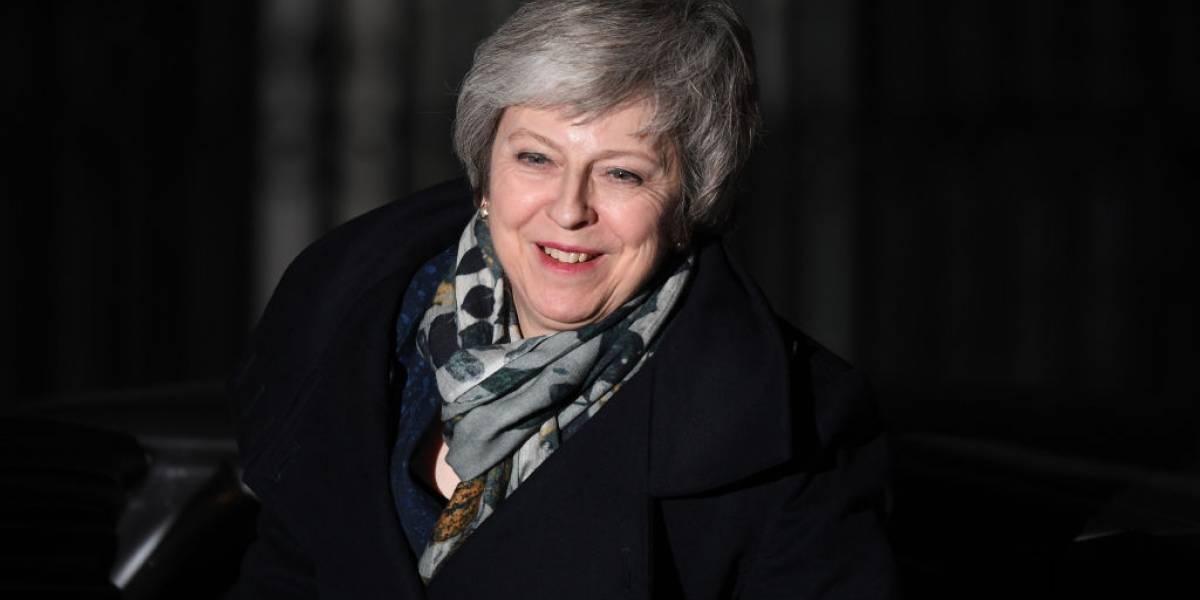 En crisis por el Brexit, Theresa May sobrevive a votación en contra