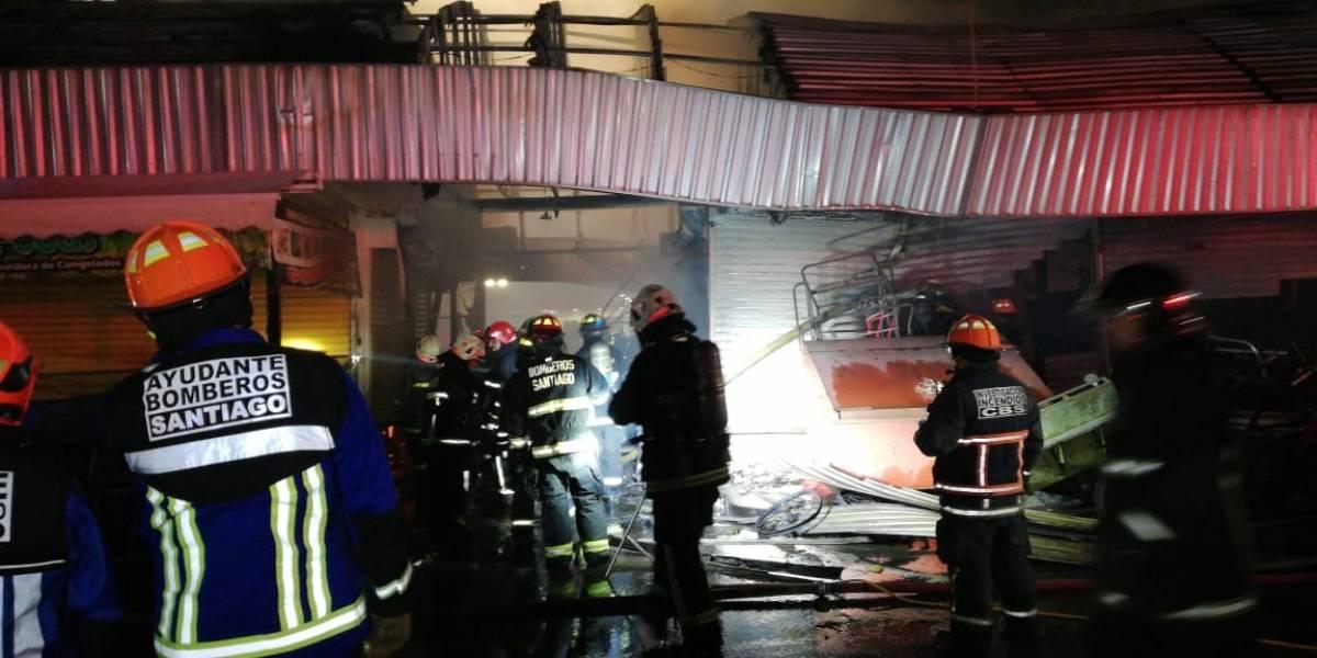 Incendio arrasa con decena de locales de frutas y verduras en la Vega Central: avalúan en $300 millones los daños