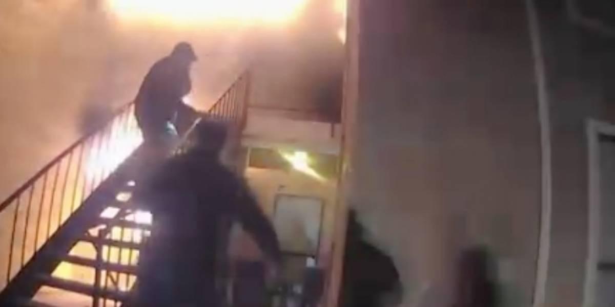Niño salta de segundo piso y cae en brazos de policías