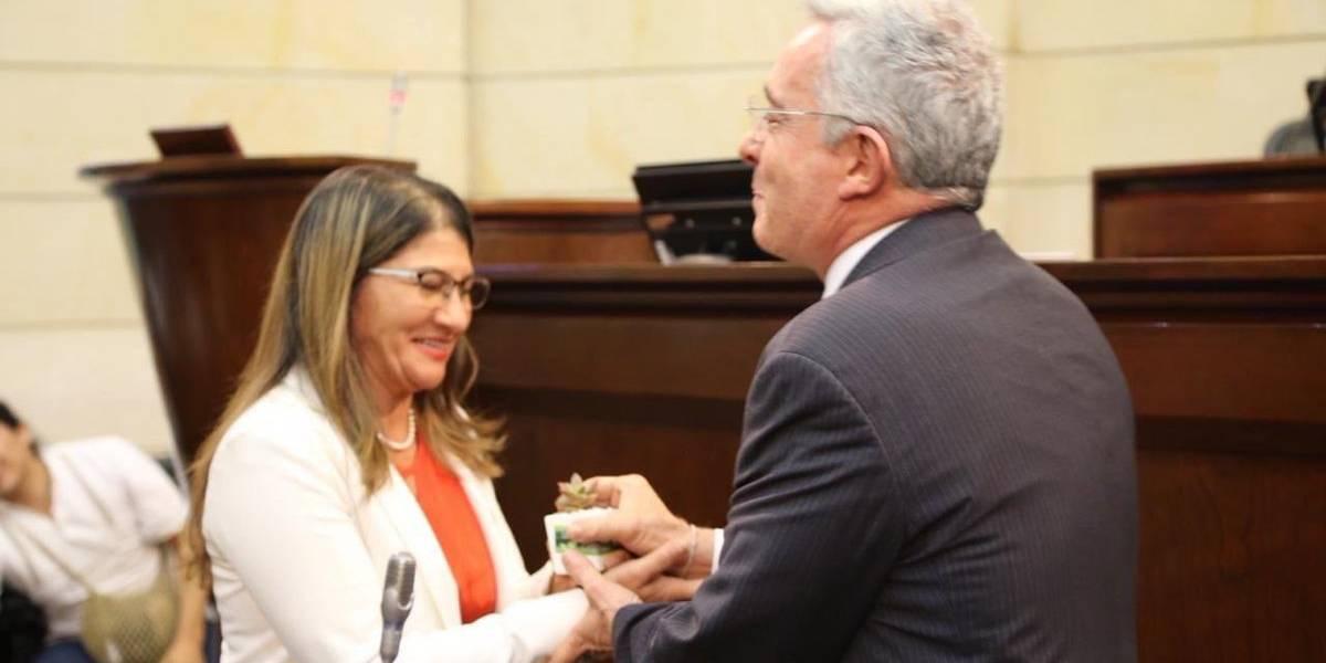 Mientras lanzaban ratas al Senado, Uribe le daba la mano a una exguerrillera