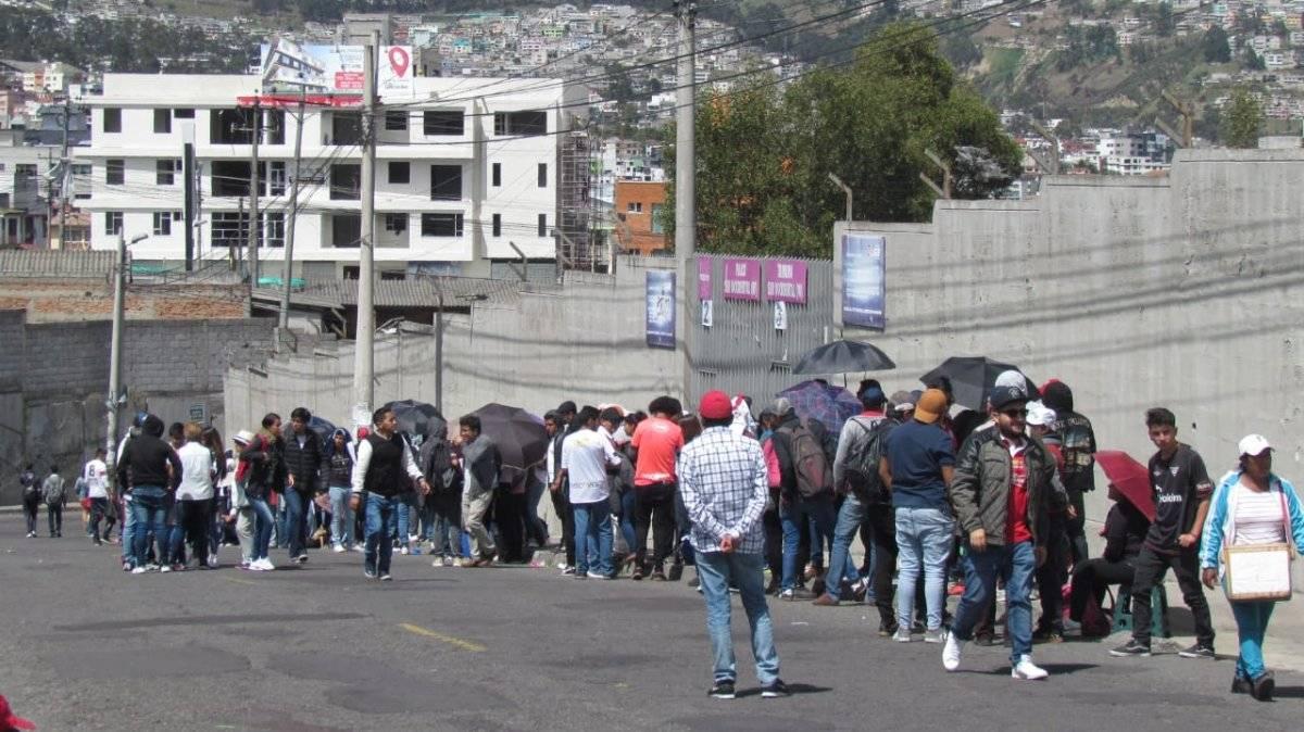 Afueras del estadio Rodrigo Paz Delgado Metro Ecuador