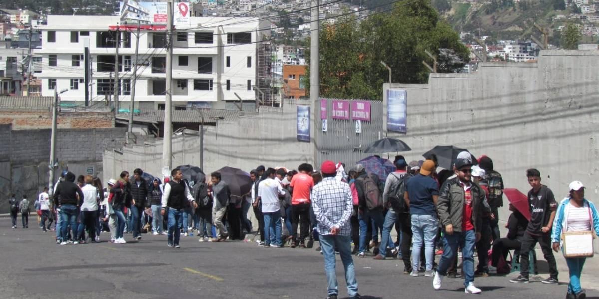 Liga vs Emelec: Compran y venden talonarios del partido LDU vs Delfín en las afueras del estadio Rodrigo Paz Delgado