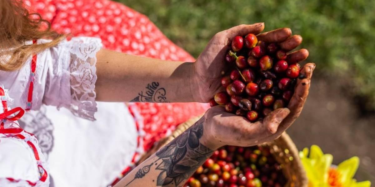 Una mujer tatuada se convierte en la nueva imagen de una marca de café en Colombia