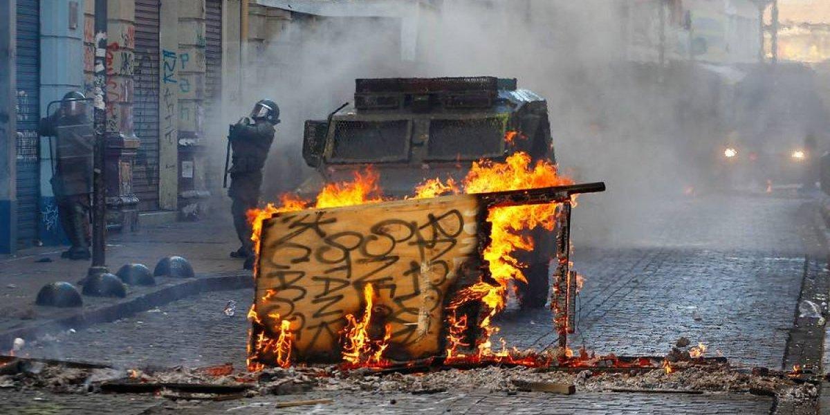 Agitada mañana en Valparaíso: estudiantes y portuarios bloquean calles con barricadas