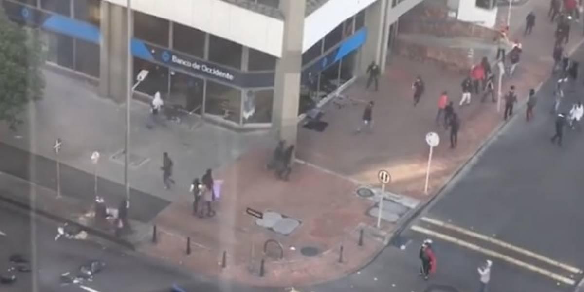 VIDEO: vándalos destruyen oficina bancaria en medio de marchas en Bogotá