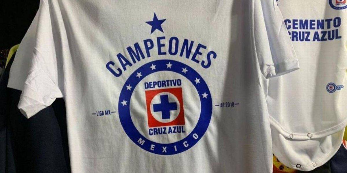 Venden playera de  Cruz Azul campeones  en el estadio Azteca ... b27cfc2682ccd