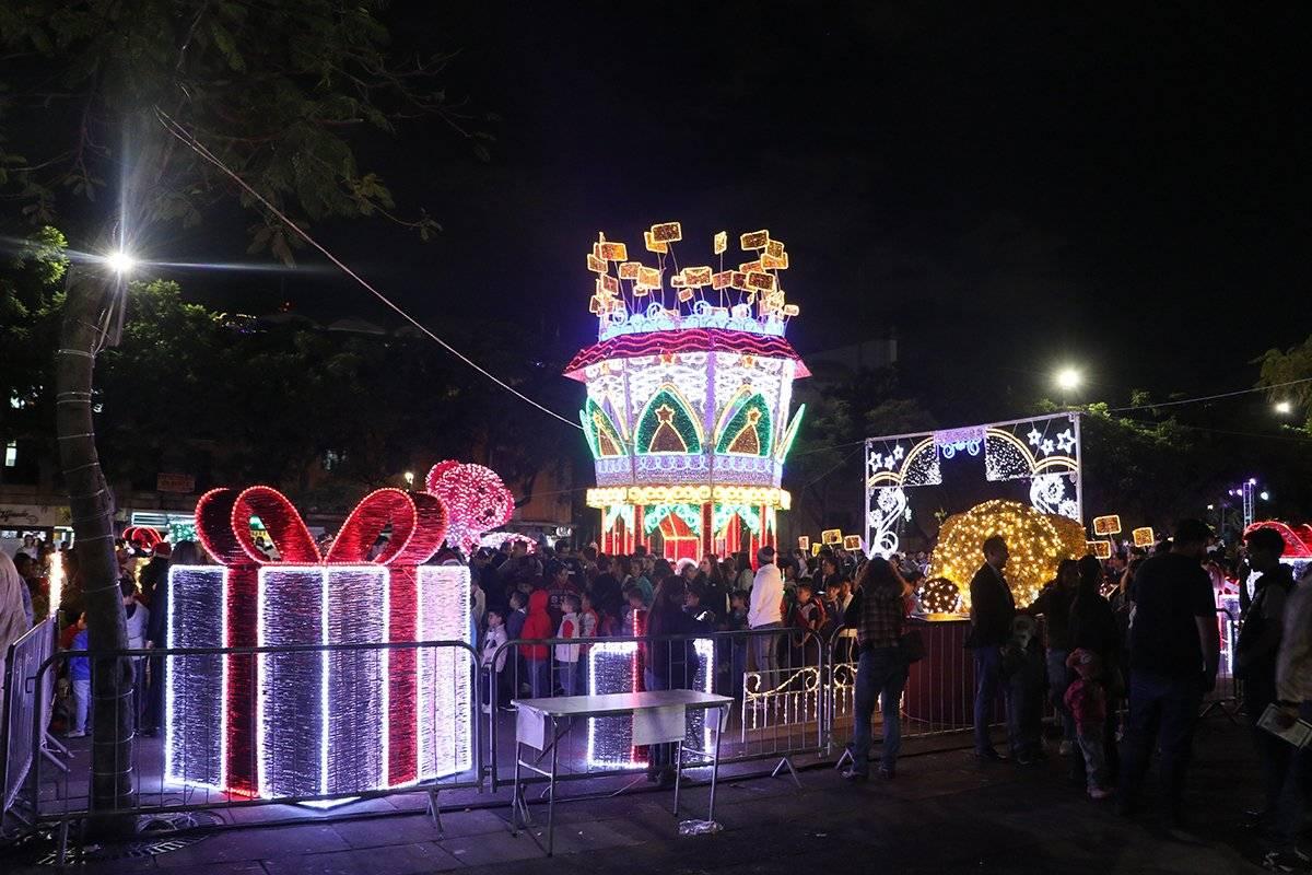 Encienden alumbrado navideño en calles y centro de Guadalajara