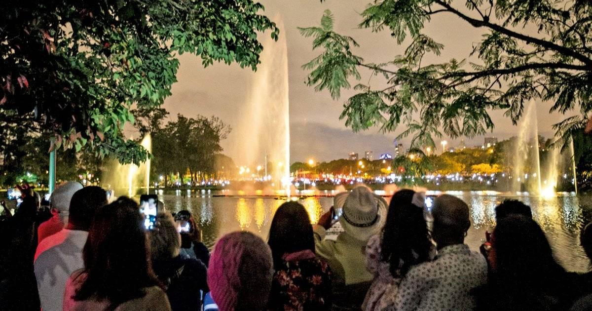 Luzes e as águas do chafariz do lago Ibirapuera dançam e iluminam a noite Foto: André Porto / Metro Jornal