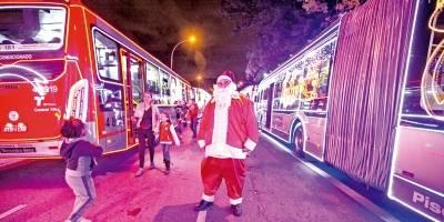 Centenas de ônibus municipais estão decorados pela cidade