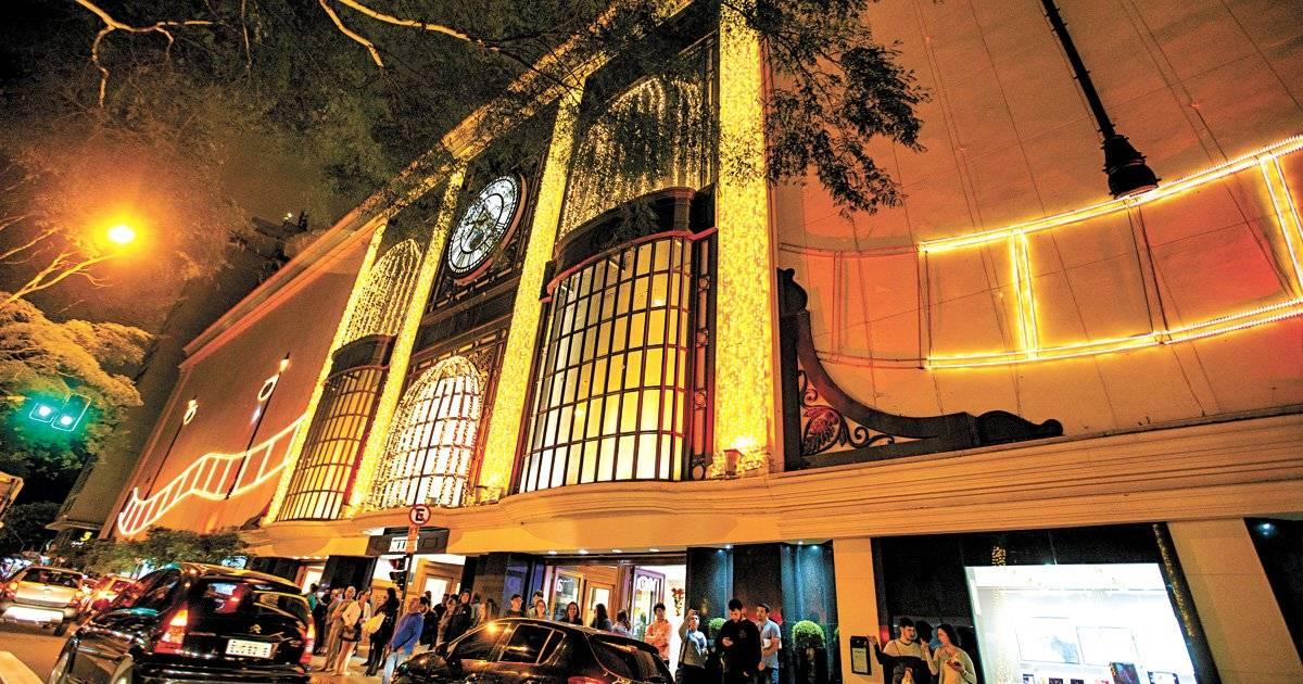 Prédios da avenida Paulista (centro) também reforçam o espírito do Natal Foto: André Porto / Metro Jornal
