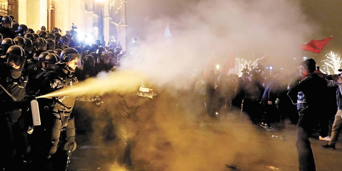 Nova lei trabalhista causa confrontos em ruas de Budapeste