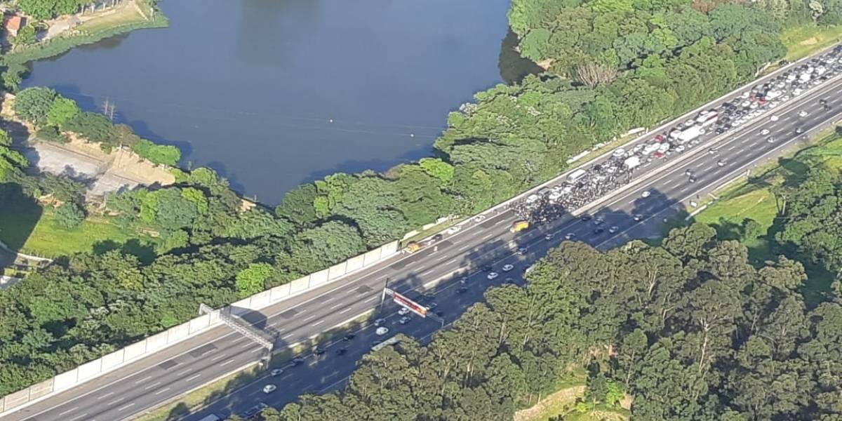 Três acidentes deixam feridos e bloqueiam rodovia dos Bandeirantes