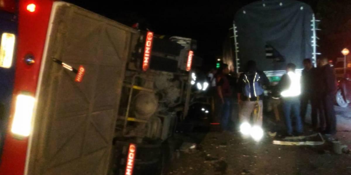 25 heridos en accidente entre bus y tractomula en Zipaquirá