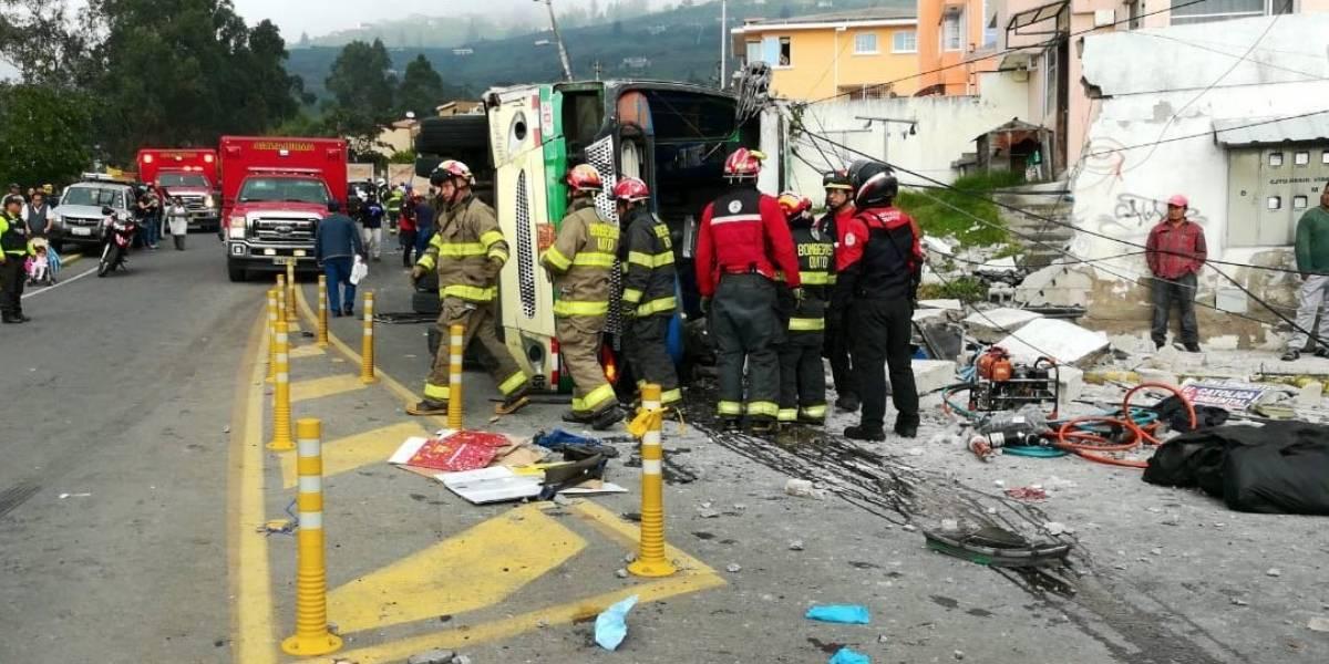 ACTUALIZACIÓN: Fatal accidente de tránsito deja cinco muertos y más de 20 heridos en el sector de Conocoto