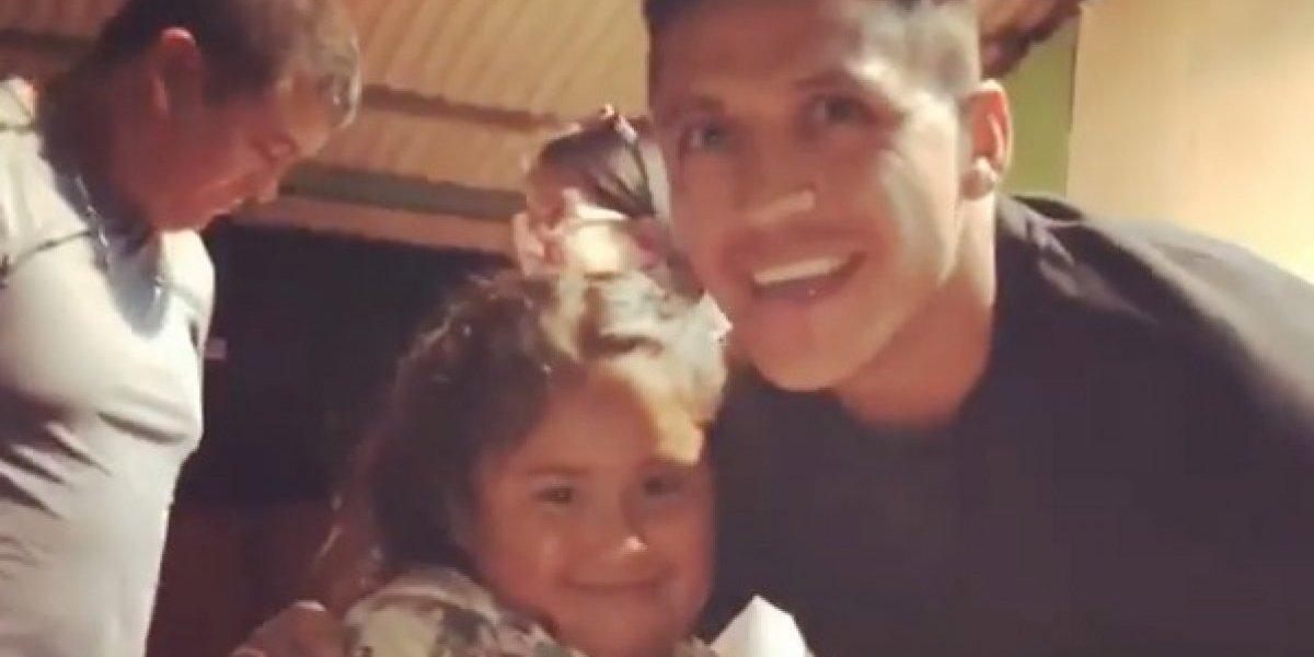 A pura risa, con regalos y preguntas incómodas: Alexis aprovechó su estadía en Chile para visitar un hogar de menores