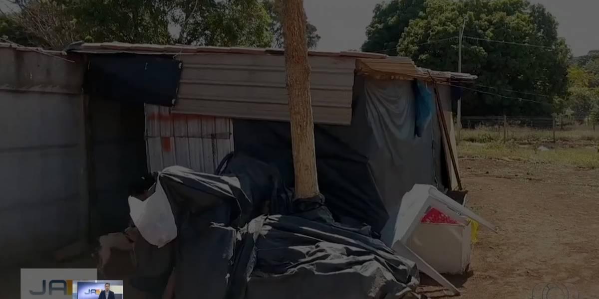 Estudantes se unem para ajudar família que vivia em barraco de lona
