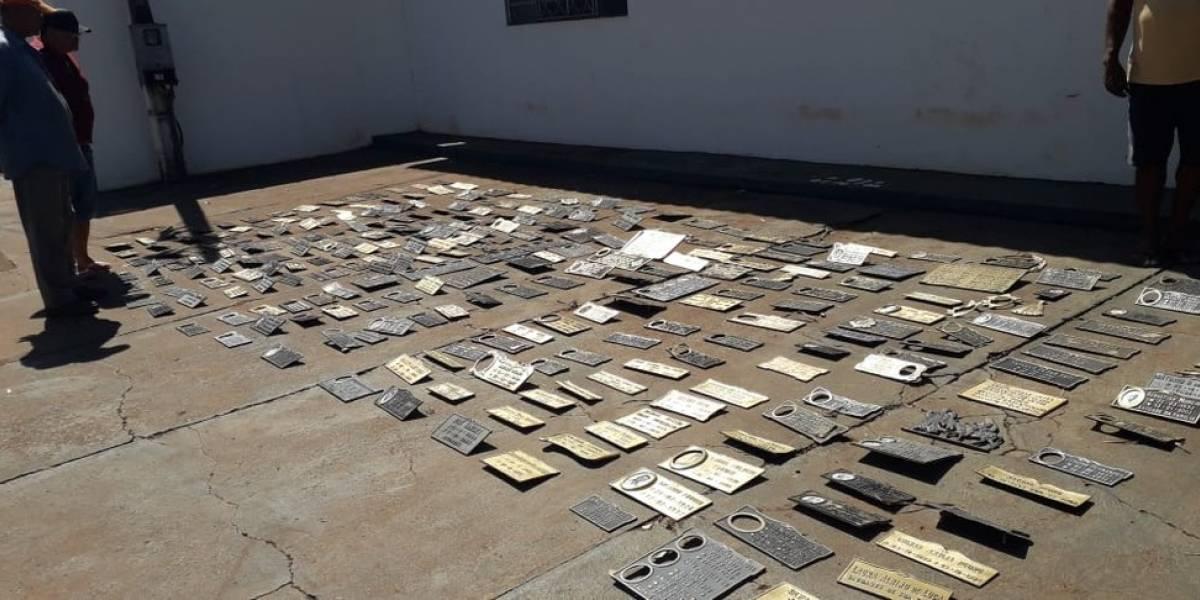 Polícia encontra 291 placas de bronze roubadas de cemitério