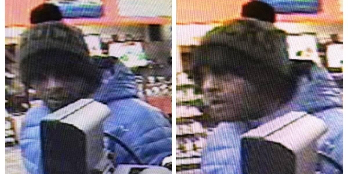 Ladrón se disculpó y abrazó a empleado de una tienda mientras cometía el robo
