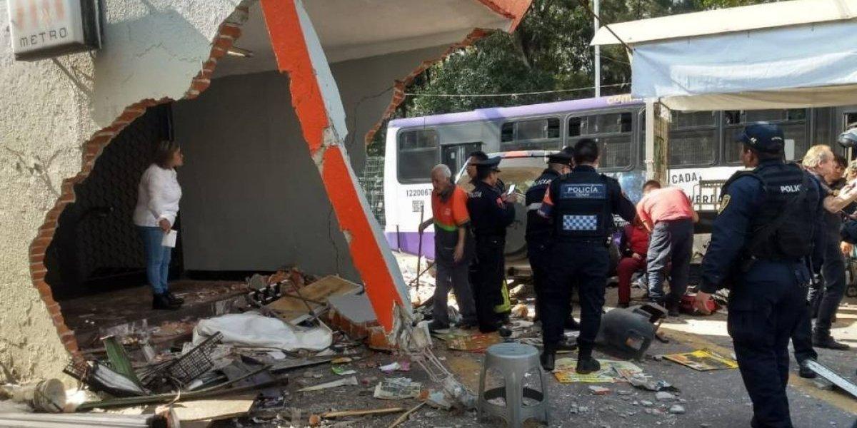 Camioneta choca contra entrada del Metro Potrero en la CDMX
