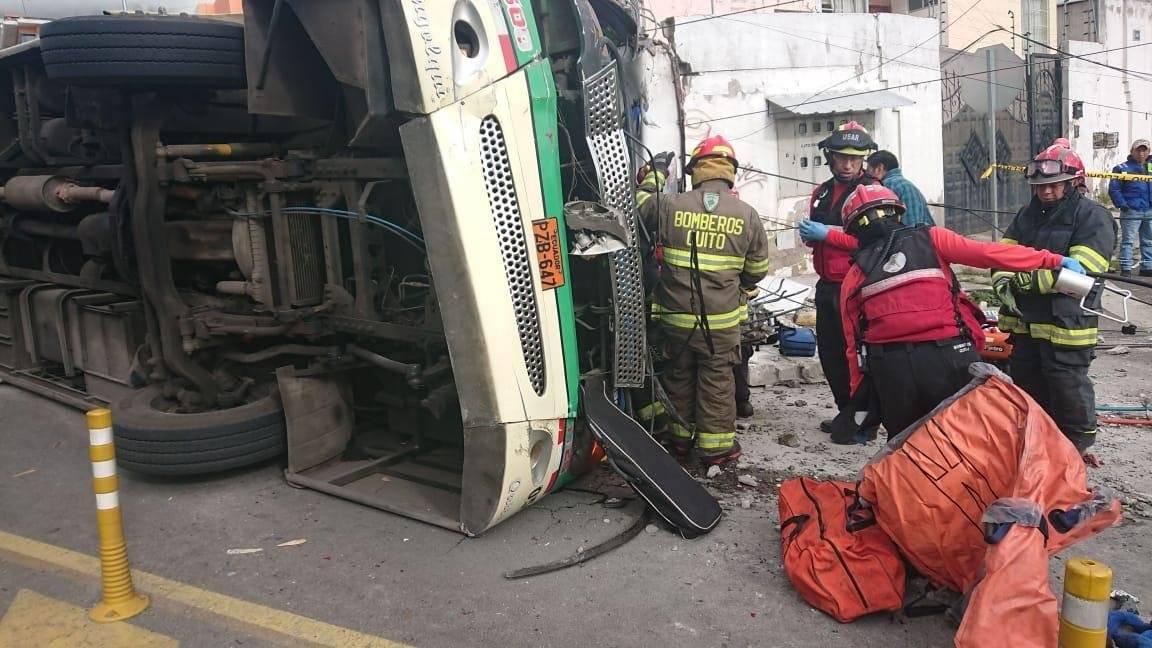 Fatal accidente de tránsito deja cuatro muertos y 25 heridos en el sector de Conocoto BOMBEROS QUITO