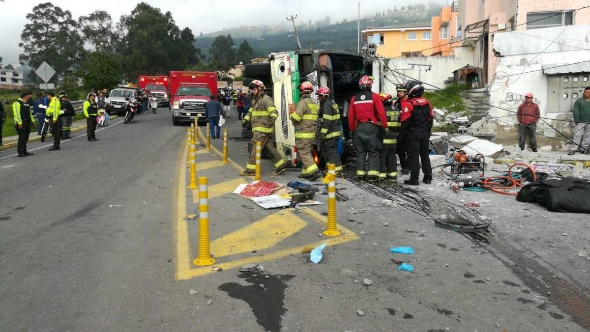 Fatal accidente de tránsito deja cuatro muertos y 25 heridos en el sector de Conocoto Twitter Bomberos de Quito