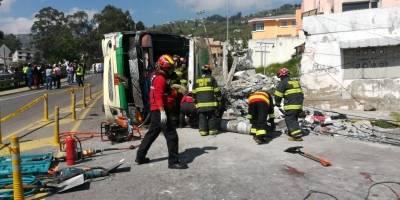Accidente de tránsito deja cuatro muertos y más de 20 heridos en el sector de Conocoto